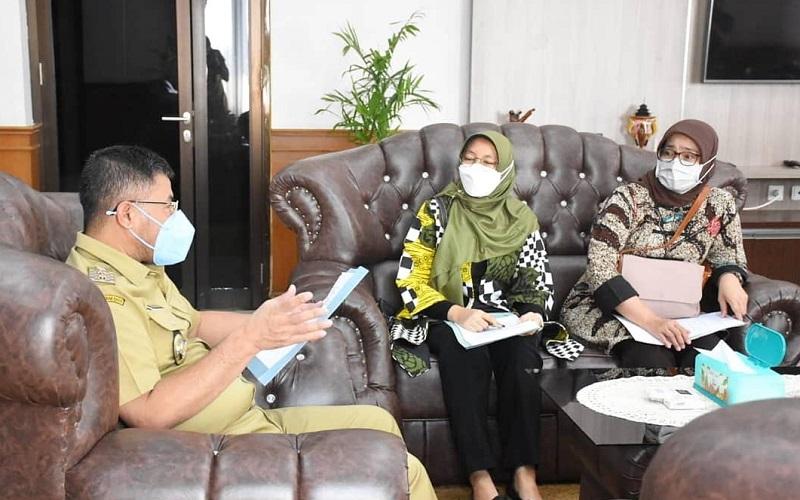 Wakil Bupati Sumedang Erwan Setiawan (kiri) menerima perwakilan BPK