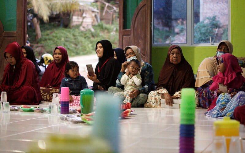 Momen saat kegiatan berbuka bersama di Kampung Suku Laut di Pesisir Batam. - Bisnis/Bobi Bani.