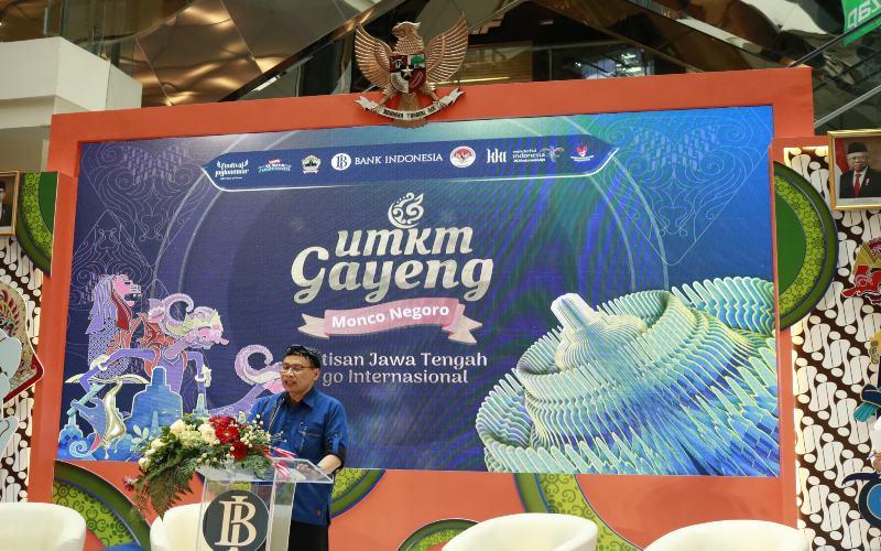 Kepala Perwakilan Bank Indonesia Jawa Tengah Pribadi Santoso memberikan sambutan saat membuka acara UMKM Gayeng Monco Negoro, Rabu (28/4/2021). Acara ini diselenggarakan di Semarang dan Singapura, yang bertujuan membuka akses pasar bagi para pelaku UMKM di Jawa Tengah untuk dapat menjangkau pasar domestik maupun internasional. (Bisnis - M. Faisal Nur Ikhsan)