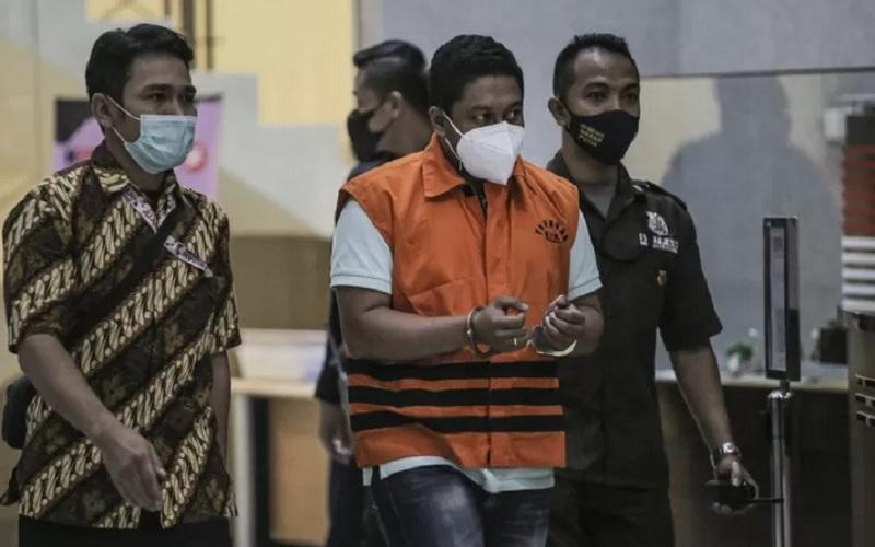 Penyidik KPK Steppanus Robin Pattuju digiring petugas untuk mengikuti konferensi pers usai menjalani pemeriksaan, di Gedung Merah Putih KPK, Jakarta, Kamis (22/4/2021).  - Antara