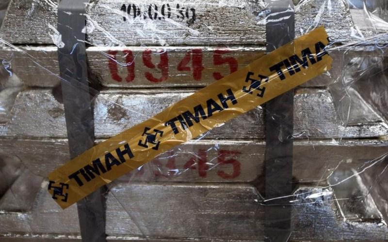 Tumpukan timah batangan dengan segel PT Timah Tbk. - Bloomberg