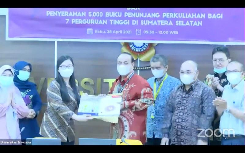 Rektor Universitas Sriwijaya Anis Saggaf menerima bantuan buku dari Medco E&P Indnesia.