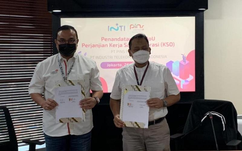 Perjanjian kerja sama yang diteken oleh Direktur Utama PT INTI (Persero) Otong Iip (kanan) dan Direktur Utama PT PINS Henry Christiadi.