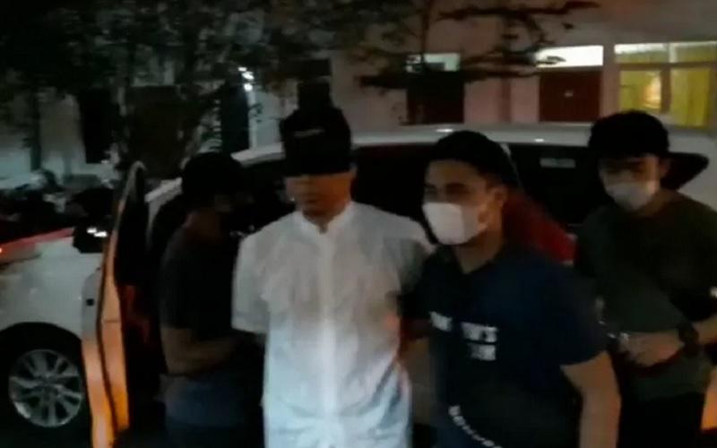 Munarman tiba di Rutan Narkoba Polda Metro Jaya pada Selasa malam (27/4/2021) dengan dikawal oleh petugas kepolisian. - Antara\r\n