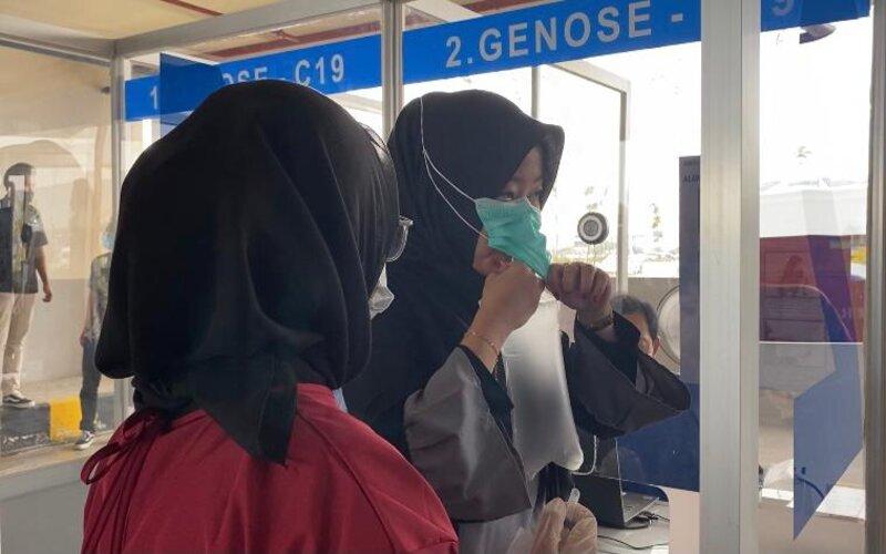 Calon penumpang pesawat di Bandara Ahmad Yani Semarang saat melakukan pengecekan menggunakan GeNose C19. - Istimewa.