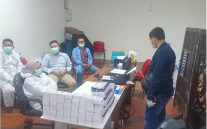 Layanan tes cepat antigen Covid-19 di Bandara Internasional Kualanamu, Deli Serdang, Sumatra Utara, digerebek polisi, Selasa (27/4/2021), karena diduga menggunakan alat usap bekas./Antara - HO