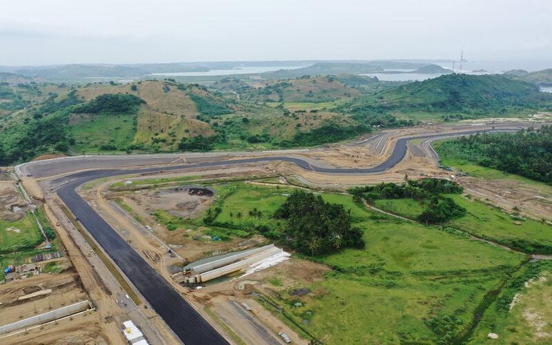 Foto udara pembangunan lintasan sirkuit pada proyek Mandalika International Street Circuit di Kawasan Ekonomi Khusus (KEK) Mandalika, Pujut, Praya, Lombok Tengah, Nusa Tenggara Barat, Selasa (6/4/2021). Pembangunan sirkuit itu ditargetkan selesai pada pertengahan tahun 2021. - Antara/Akbar Nugroho Gumay.