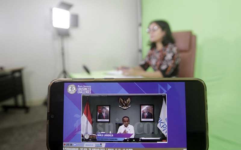 Layar menampilkan Kepala Badan Koordinasi Penanaman Modal (BKPM) Bahlil Lahadalia memberikan pemaparan dalam acara Bisnis Indonesia Business Challenges 2021 di Jakarta, Selasa (26/1/2021). Bisnis - Himawan L Nugraha
