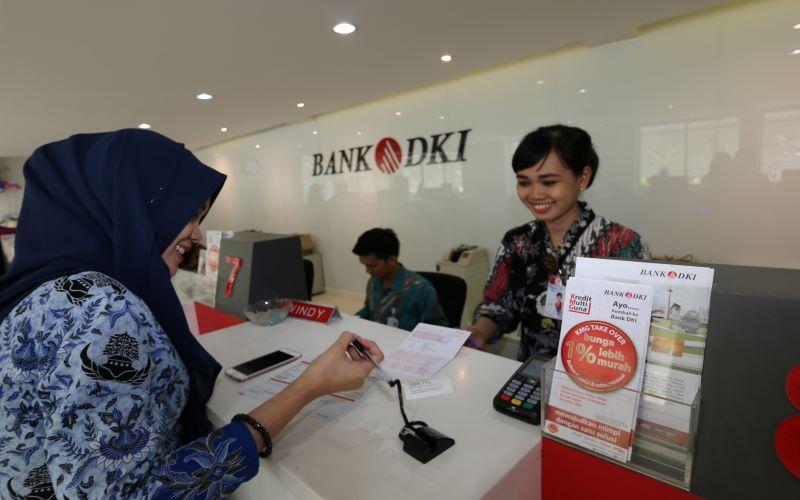 Teller Bank DKI Cabang Walikota Jakarta Pusat melayani nasabah pada Hari Batik Nasional yang diperingati setiap tanggal 2 Oktober. - Antara/Hamid.