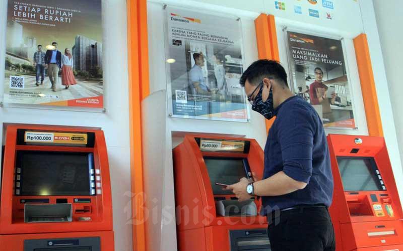 Nasabah melakukan transaksi perbankan melalui anjungan tunai mandiri Bank Danamon di Jakarta, Rabu (22/7/2020). Bisnis - Dedi Gunawan