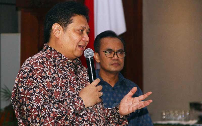 Menteri Koordinator Bidang Perekonomian Airlangga Hartarto (kiri) didampingi Sekretaris Kemenko Perekonomian Susiwijono memberikan pemaparan mengenai Outlook 2020 dan Strategi Kebijakan di Jakarta, Jumat (20/12/2019). Bisnis - Triawanda Tirta Aditya
