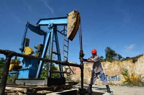 Ilustrasi: Pompa angguk penambangan minyak. - jibiphoto