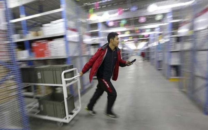 Ilustrasi kegiatan di properti logistik atau pergudangan./Reuters - Jason Lee