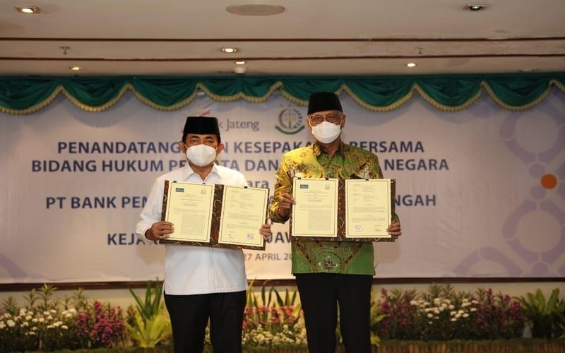 Penandatanganan Perjanjian Kerjasama oleh Kepala Kejaksaan Tinggi Jawa Tengah Priyanto SH MH (kiri) dengan Direktur Utama Bank Jateng Supriyatno tentang Bidang Hukum Perdata dan Tata Usaha Negara di Gedung Kantor Pusat Bank Jateng (27 - 04). (Foto: Istimewa)