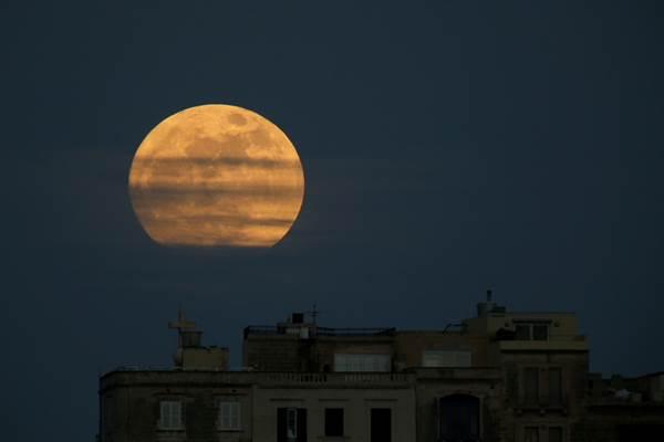 Gerhana bulan total di Pieta, Malta, 1 Januari 2018. - Reuters