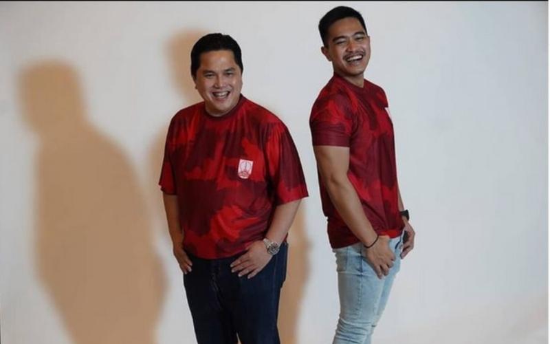 Erick Thohir (kiri) dan Kaesang Pangarep, pemilik saham Persis Solo berfoto bersama dengan seragam klub.  - Instagram