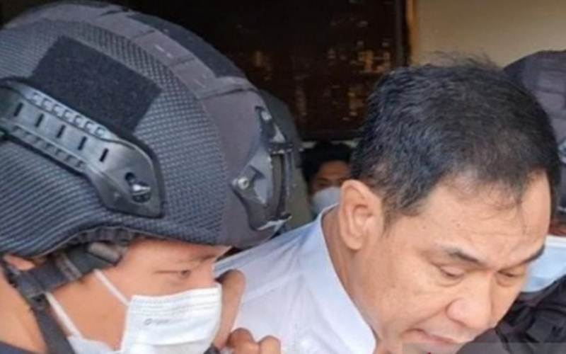 Densus 88 Antiteror Polri menangkap Munarman terkait dugaan aksi teroris. Penangkapan berlangsung di Perumahan Modern Hills, Cinangka, Pamulang, Tangerang Selatan, Banten, Selasa (27/4/2021) sekitar pukul 15.30 WIB./Antara - HO/Polda Metro Jaya