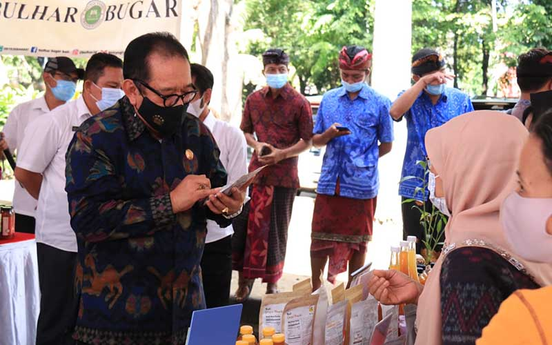 Wakil Gubernur Bali Prof. Tjokorda Oka Artha Ardana Sukawati meninjau pameran Pengobatan Tradisional dan Praktek Pangusada Bali bertempat di Parkir Sebelah Barat Kantor Gubernur Bali, Denpasar, Rabu (28/4/2021).  -  Istimewa