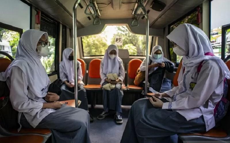Pelajar SMKN 15 Jakarta menaiki Bus Sekolah Gratis seusai mengikuti uji coba pembelajaran tatap muka di SMKN 15 Jakarta, Kebayoran Baru, Jakarta Selatan, Jumat (9/4/2021). - Antara\r\n\r\n