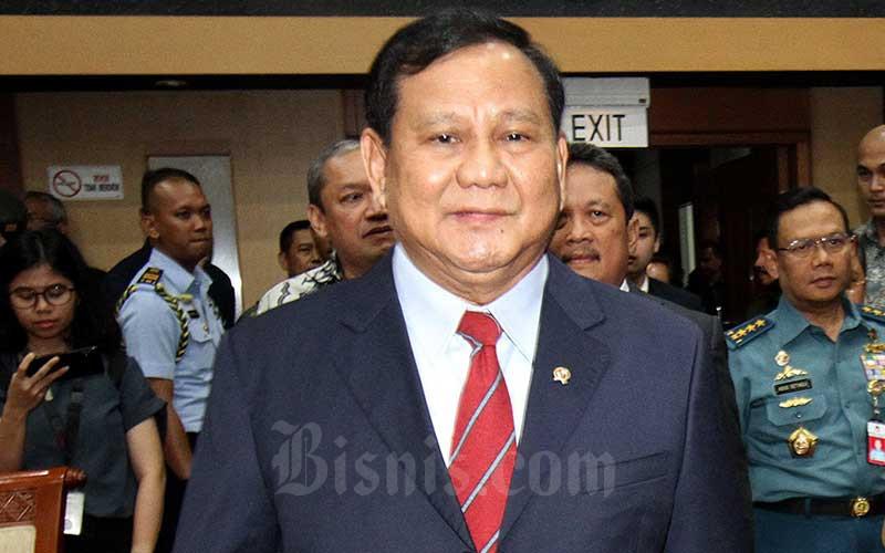 Menteri Pertahanan Prabowo Subianto memasuki ruangan untuk mengikuti rapat kerja antara Komisi I DPR dengan Pemerintah di Kompleks Parlemen, Senin (11/11/2019). Bisnis - Arief Hermawan P