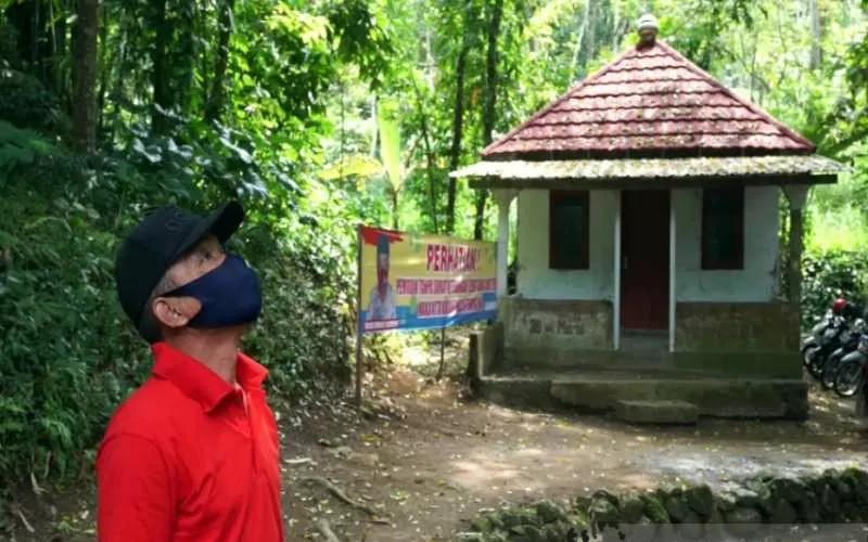 Anggota Satuan Tugas Jogo Tonggo saat memantau rumah karantina untuk warga yang nekat mudik di Desa Sidomulyo, Kecamatan Ampel, Kabupaten Boyolali, Jawa Tengah, Kamis (29/4/2021).  - ANTARA