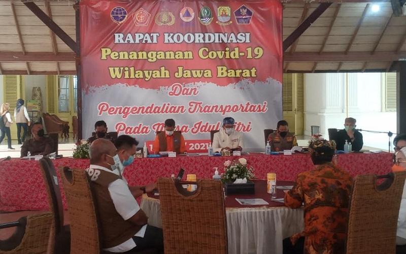 Gubernur Jawa Barat Ridwan Kamil bersama Ketua Satgas Penanganan Covid-19 Letjen Doni Monardo menghadiri rapat koordinasi penanganan Covid-19 wilayah Jabar dan pengendalian transportasi pada masa Idulfitri - Bisnis/Hakim Baihaqi