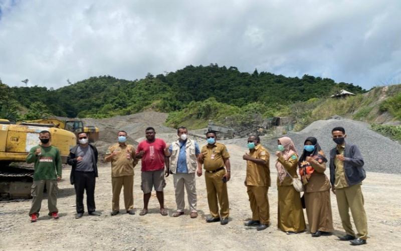 Tim KPK bersama pemerintah daerah kota Sorong saat meninjau lokasi galian C di Sorong, Rabu (28/9/2021). - ANTARA/Pemkot Sorong