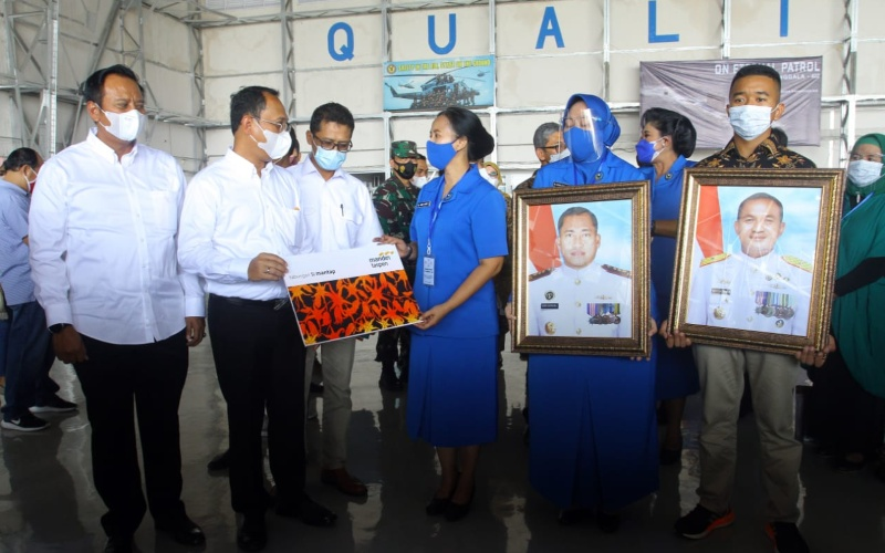 Direktur Utama Bank Mantap Elmamber P. Sinaga kedua kanan Menyalurkan manfaat santunan kepada 17 ahli waris korban kru KRI Nanggala 402 yang ada di surabaya, Kamis (29/4/2021) - Istimewa