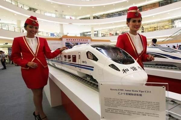 Pameran Kereta Cepat Model berfoto di samping miniatur kereta cepat dalam Pameran Kereta Cepat dari China - Antara