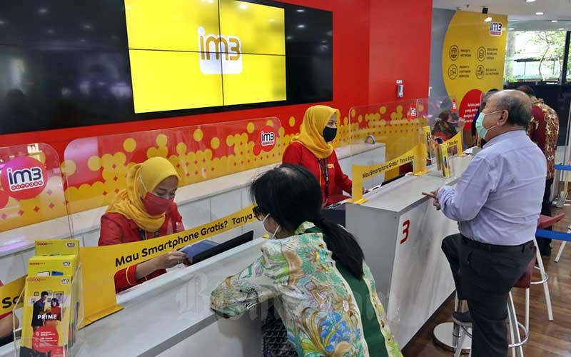 Karyawan melayani pelanggan di gerai Indosat Ooredoo, Jakarta, Rabu (16/9/2020). Bisnis - Eusebio Chrysnamurti
