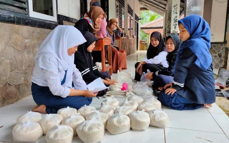 Proses pengumpulan beras kaheman oleh pelajar asal SMPN Sukasari, Kabupaten Purwakarta.  - Istimewa