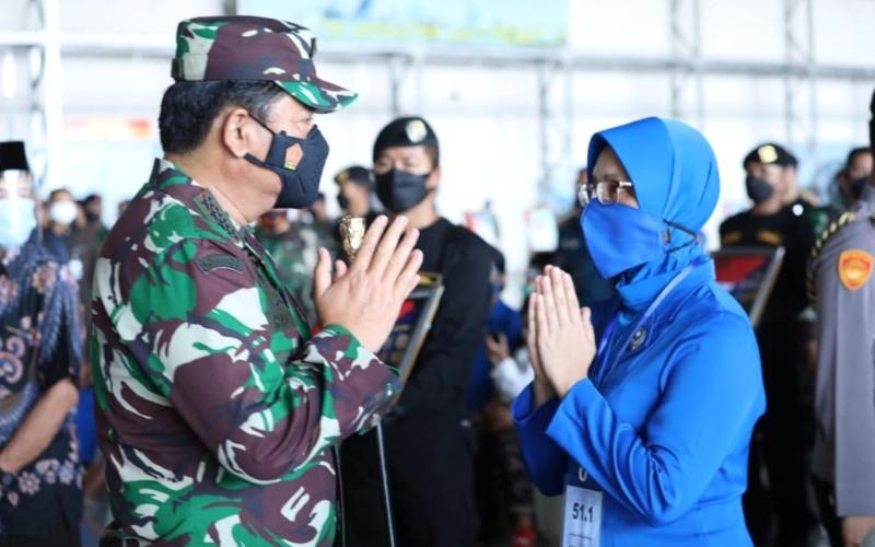 Panglima TNI Marsekal TNI Hadi Tjahjanto memberikan salam kepada anggota keluarga prajurit Kapal Perang Republik Indonesia (KRI) Nanggala-402 yang gugur dalam tugas di Hanggar 2 Bandara Juanda Surabaya, Jawa Timur, Kamis (29/04/2021) - TNI/Puspen TNI