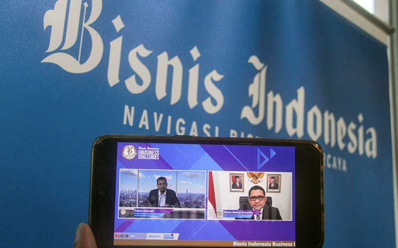 Layar menampilkan Kepala Badan Kebijakan Fiskal Kementerian Keuangan Febrio Kacaribu (kanan) memberikan pemaparan yang dipandu Wakil Pemimpin Redaksi Bisnis Indonesia Fahmi Achmad dalam acara Bisnis Indonesia Business Challenges 2021 di Jakarta, Selasa (26/1/2021). Bisnis - Arief Hermawan P