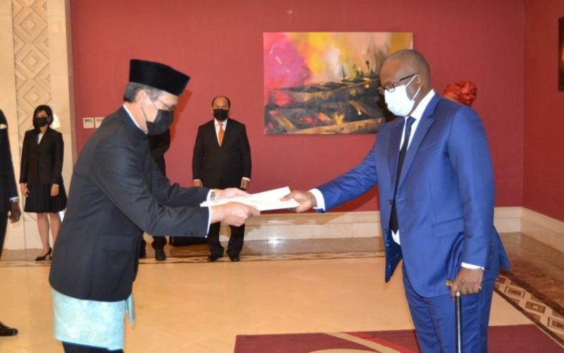 Duta Besar Indonesia untuk Senegal merangkap Guinea-Bissau dan negara lainnya Dindin Wahyudin menyerahkan Surat Kepercayaan kepada Presiden Guinea-Bissau, Umaro Sissoco Embalo pada Selasa (27/4/2021) - Dok./Kemenlu