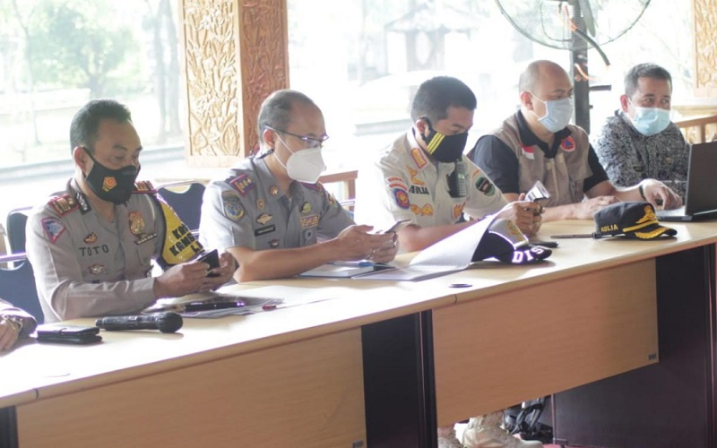 Kasat Lantas Polres Purwakarta AKP Toto Herman Permana (kiri) - Bisnis/Asep Mulyana