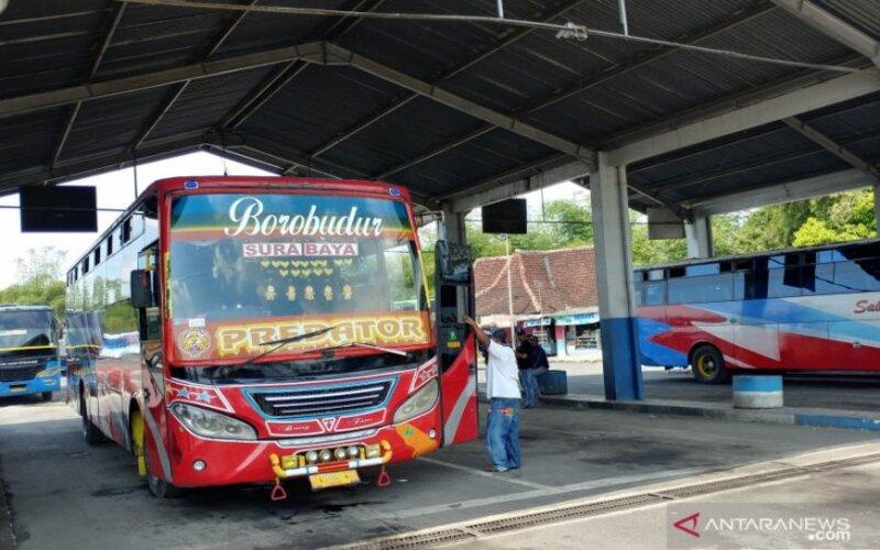 Suasana terminal Tawangalun di Kabupaten Jember, Jawa Timur menjelang libur Lebaran 2021. - Antara/Zumrotun Solichah.