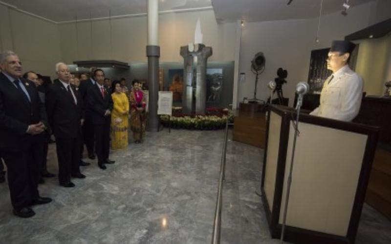 Presiden Joko Widodo (ketiga kiri) bersama Perdana Menteri Malaysia Dato Seri Najib Tun Abdul Razak (kedua kiri) dan Perdana Menteri Mesir Ibrahim Mahlab (kiri) mengunjungi Museum Konferensi Asia Afrika (KAA) pada acara Peringatan ke-60 tahun  -  KAA 2015