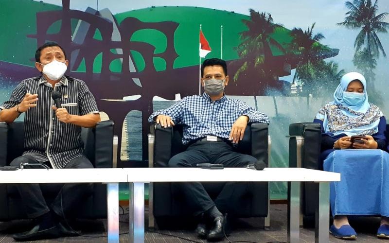 Anggota Komisi IX DPR Rahmad Handoyo (kiri) dan Kurniasih Mufidayati (kanan), Ketua Umum Orbital Kesejahteraan Rakyat Poempida Hidayatulloh (tengah) hadir dalam dikusi dialektika demokrasi bertema Waspada Gelombang Kedua Covid-19 di Gedung Nusantara III DPR, Kamis (29/4/2021) - Bisnis/John Andhi Oktaveri