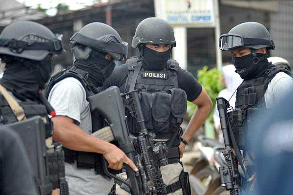 Anggota Densus 88 Anti Teror bersiaga usai melakukan penggerebekan di Kampung Bugis, Kenali Besar, Alam Barajo, Jambi, Selasa (30/). - Antara/Wahdi Septiawan