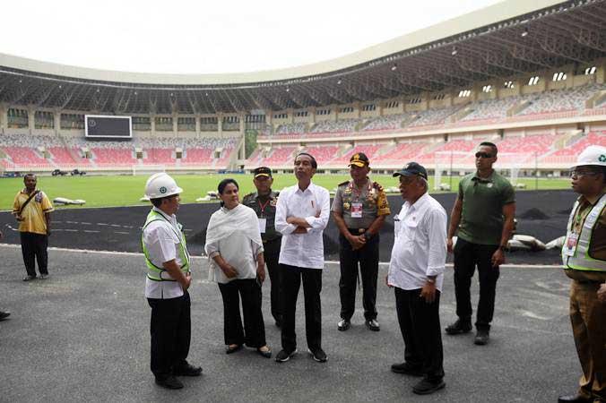 Presiden Joko Widodo (tengah) didampingi Ibu Negara Iriana Joko Widodo (kedua kiri) meninjau proses pembangunan Stadion Papua Bangkit di Jayapura, Papua, Senin (1/4/2019). - ANTARA/Akbar Nugroho Gumay