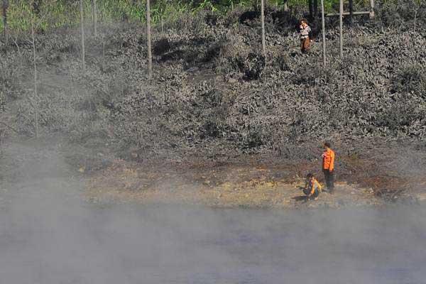 Petugas memeriksa kondisi di sekitar kawah Sileri pascaletusan Freatik di kawasan dataran tinggi Dieng Desa Kepakisan, Batur, Banjarnegara, Jateng, Rabu (5/7). - ANTARA/Anis Efizudin
