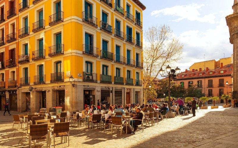 Saat ini, ancaman virus masih ada dan jam malam serta pembatasan lainnya tetap diberlakukan di seluruh Spanyol.  - lonelyplanet