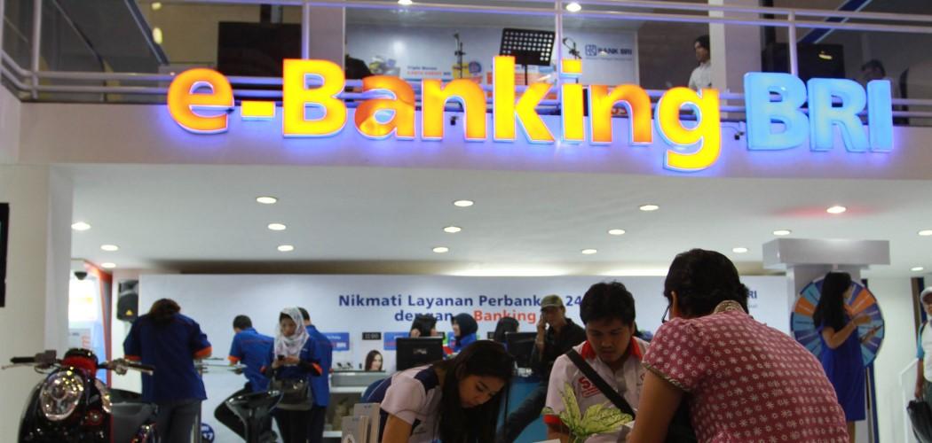 Pengunjung mendapat penjelasan dari penjaga stan PT Bank Rakyat Indonesia (Persero) Tbk sebelum pandemi. - Antara