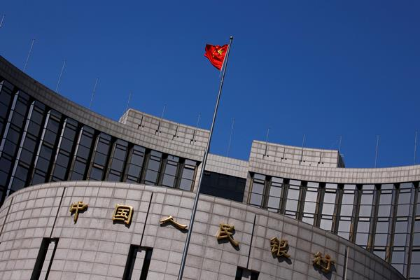 Bendera China di luar gedung People's Bankf of China. - Reuters