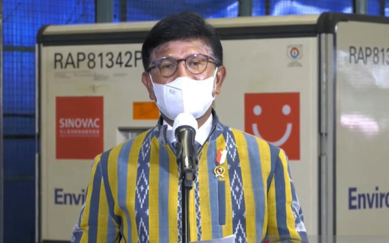 Menteri Komunikasi dan Informatika, Johnny G. Plate dalam konferensi pers kedatangan vaksin Covid-19 tahap kesepuluh di Bandara Soekarno-Hatta, Cengkareng, Jumat (30/4/2021).  - ANTARA