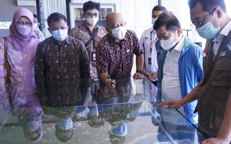 Menteri Bappenas Suhaso Manoarfa (kedua kanan) saat meninjau progres pembangunan KEK Mandalika dan Sirkuit MotoGP - Istimewa