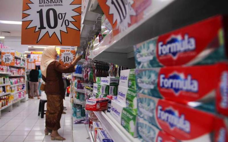 Konsumen memilih barang kebutuhan di salah satu gerai supermarket Giant di Jakarta, Minggu (23/6/2019). - Bisnis/Triawanda Tirta Aditya
