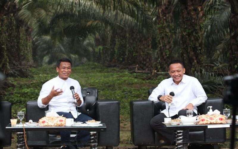 CEO PTPN V Jatmiko K Santosa (kanan) memaparkan kiat meningkatkan produktivitas kelapa sawit muda.  -  Istimewa