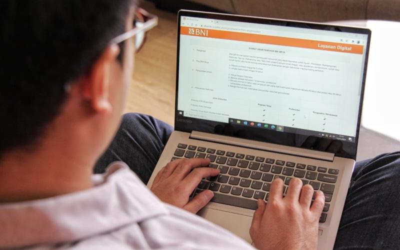 Nasabah sedang melakulan pengajuan BNI Griya menggunakan BNI e-Form - Dokumen BNI