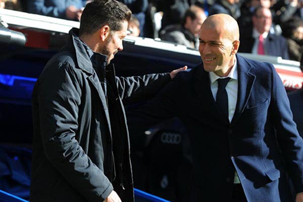 Pelatih Atletico Madrid Diego Simeone (kiri) dan pelatih Real Madrid Zinedine Zidane. - Fox Sports
